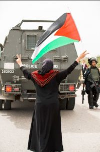 Frau vor Panzerfahrzeug